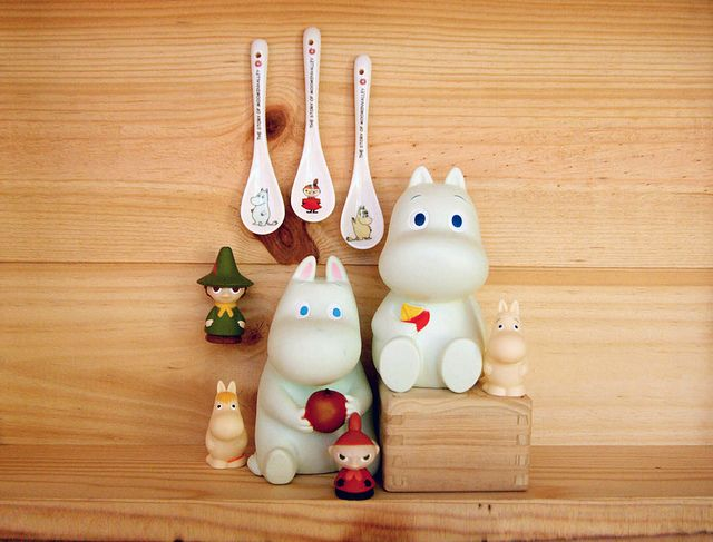 Introducing Moomin & friends from the little dröm store, (in clockwise position): ceramic spoons, Moomin with sailboat coinbank, Moomin finger puppet, Little My finger puppet, Moomin with apple coinbank, SnorkMaiden finger puppet, Snufkin finger puppet.