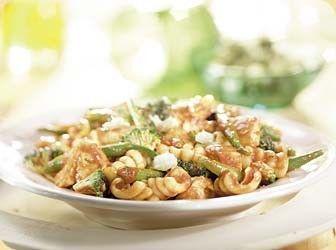 Pasta met kip, groene groenten en mozzarella in tomatensaus recept - Pasta - Eten Gerechten - Recepten Vandaag