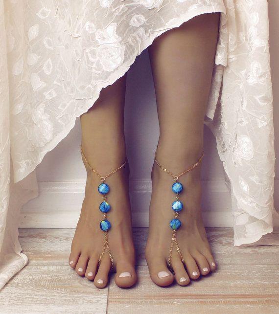 Prachtige bohemien barefoot sandalen in aqua en gouden keten. Mooie en eenvoudige kale sandalen zijn handgemaakt met goud vergulde ketting, en helder aqua / turquoise ronde kralen.  Dit ontwerp heeft een Boheemse voelen met de 2 kleuren, contrast en compliment elkaar heerlijk.  Gelieve te informeren over de aanpassingen. Mij ben kundig voor aanpassen van alle bestellingen, op verzoeken. Bericht me gelieve vooruit bestellen en mij zal zitten kundig voor u te voorzien van een offerte.  Dit...