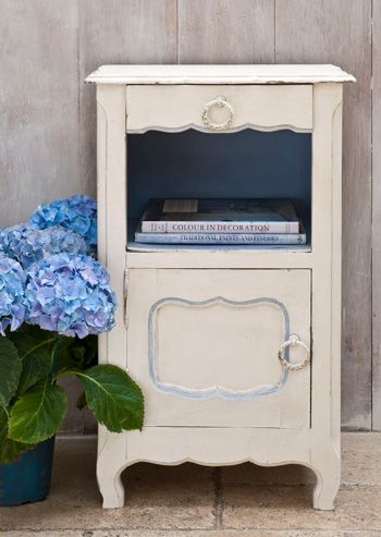 Original from the Chalk Paint® decorative paint by Annie Sloan range. This colour in my paint can only be found in the UK and Europe at the moment!