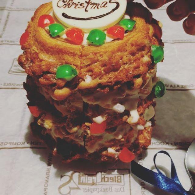 #ikariyabeikachristmas  IKARIYABEIKAKYOTOのとってもハッピーなクリスマスバウム センカチュツリーは開けてびっくり♪  中からカラフルなショコラクッキーが飛び出してくる仕掛けになっているんです*  スプーンなどで上のチョコレートをトントンッ♪ お子様も一緒に楽しめるサプライズです*  #ikariya#ikariyabeika#sweets#rice#baumkuchen#sekacz#christmas#surprise#happy#chocolate#バウムクーヘン#米粉#京都#米菓#小麦粉不使用#町家#ポーランド#伝統菓子#サプライズ#クリスマスIKARIYA BEIKA KYOTO(イカリヤ米菓京都)
