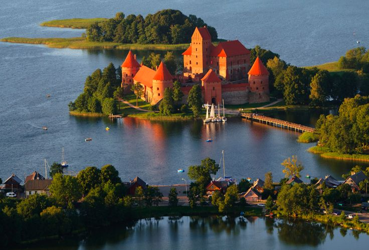 Litouwen een saai en somber Oostblokland? Dacht het niet! Litouwen heeft geweldige steden. Een prachtig binnenland. Én een gezellige kust. En fijn voor de Hollanders: het is er super goedkoop. Dus wil jij een budget reisje maken? Op naar Litouwen dan!