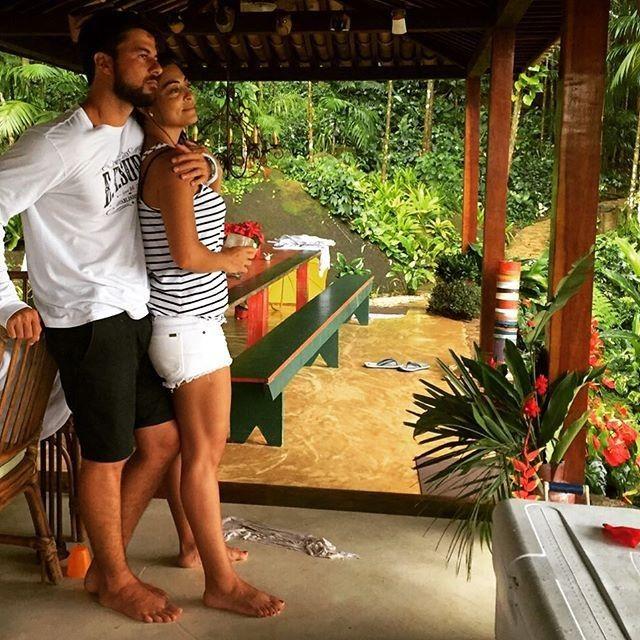 Juliana Paes posta foto com o marido e diz que já está com saudades da folga em família