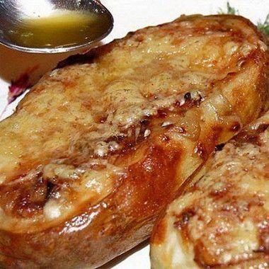 Приготовить лодочки из картофеля: клубни картофеля хорошенько промыть, но не чистить. Разрезать каждую картофелину вдоль на пополам. Затем аккуратно, при помощи десертной ложки, выскрести сердцевину картофеля, чтобы получилась лодочка, со стенками толщиной около 5-7 мм.