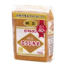 [Marusan-ai]純正こうじみそ 750g マルサンの開発した粒タイプの本格米みそ。米こうじの風味さわやかな、あっさりとした純正みそです。アレルギー物質: 大豆 商品基本情報 商品名 純正こうじみそ 内容量750g 小売参考価格(税抜)530円 賞味期間 180日間 保存方法 直射日光・高温を避け、常温保存 原材料 大豆(※)、米、食塩 栄養成分(100g当たり)エネルギー 190kcal たんぱく質 10.5g 脂質 4.9g 炭水化物 25.9g ナトリウム 4.6g 食塩相当量 11.7g 種類 米みそ 甘辛 中辛口 塩分(%)11.7 ※遺伝子組換えでない大豆を分別管理して使用しています。 荷姿等 荷姿 750g×12 ケースサイズ(mm)W355×D217×H136 ケース重量(kg)9.6 商品サイズ(mm)W100×D48×H133 商品重量(g)770 JANコード 4901033120023 品番 12002