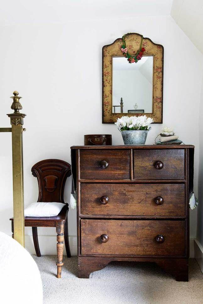 В главной спальне использована тщательно подобранная антикварная мебель. .