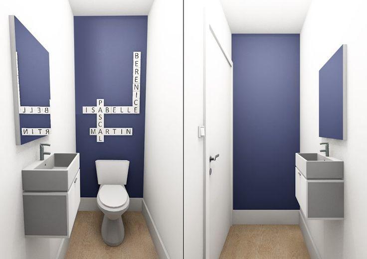 Déco tendance bleu dans les WC !  Avec les prénoms des occupants avec des faïences scrabble pour une déco totalement originale et personnalisée ! deux touches peinture bleu face à face avec murs et plafond en blanc et le sol en parquet
