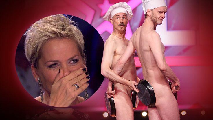 """Bei der Nackt-Performance mit Pfannen der beiden Komiker Kevin und Colm von """"Naked Lunch"""" lacht Inak Bause bei """"Das Supertalent"""" 2015 Tränen."""
