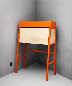 Secretaire IKEA PS 2014 con ribalta e sistema integrato per organizzare i cavi.