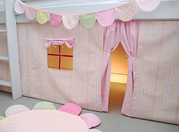 *Hübscher Vorhang für ein halbhohes Hochbett!*  Sehr schöner Streifenstoff in einem wunderschönen zarten Puderrosa mit frischen Streifen!    Vorne ist ein kleines Fensterchen mit Fensterkreuz...