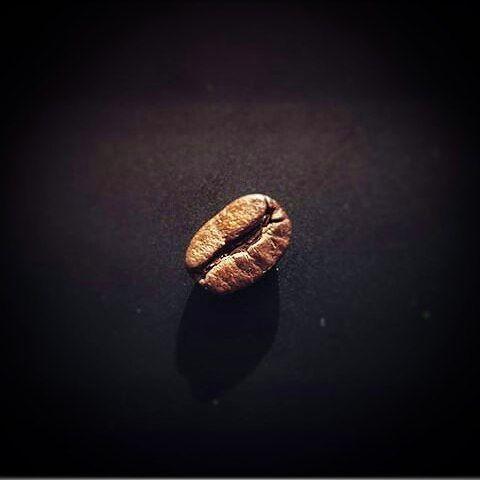 AROMA DI CAFFÈ   Ese oscuro (grano) objeto de deseo.  Disfruta del mejor café en Aroma Di Caffè #CafetièreBar & #BarEspresso. .  . Imagen: Créditos a su autor. . #Dolces#Café#Espresso#Cappuccino#MomentosAroma#SaboresAroma#Postres#Coffee#Barismo#MeetTheBarista#Caracas#Barista#ILoveCoffee#CoffeeAddicts#Coffee#AromaDiCaffè#Instagramers#Americano#CulturaDelCafé#FrenchPress#PrensaFrancesa#Latte#CoffeePic#BaristaLife#MetrocenterCc#CaféYVida