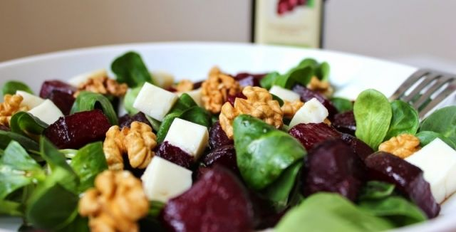 Zkuste salát s řepou, sýrem a vlašskými ořechy! Dodá potřebné vitamíny a výborně chutná!