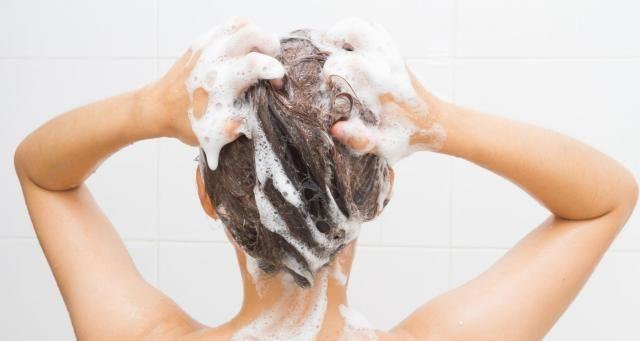 W jakich odstępach czasu najlepiej myć włosy? Praktyczne wskazówki dla każdej kobiety #włosy #wlosy #pielęgnacjawłosów