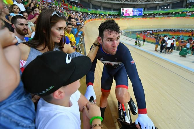 Mark Cavendish (Great Britain) with his family after winning the silver medal