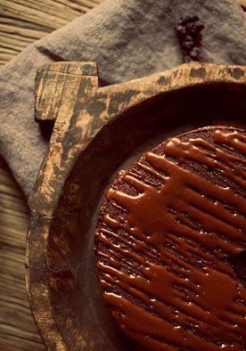 Recept chocoladetaart (10 pers.) DIY | doe het zelf  Nothing beats good chocolate en daarom mag deze taart niet in je receptenboek ontbreken. www.twoonhuis.nl