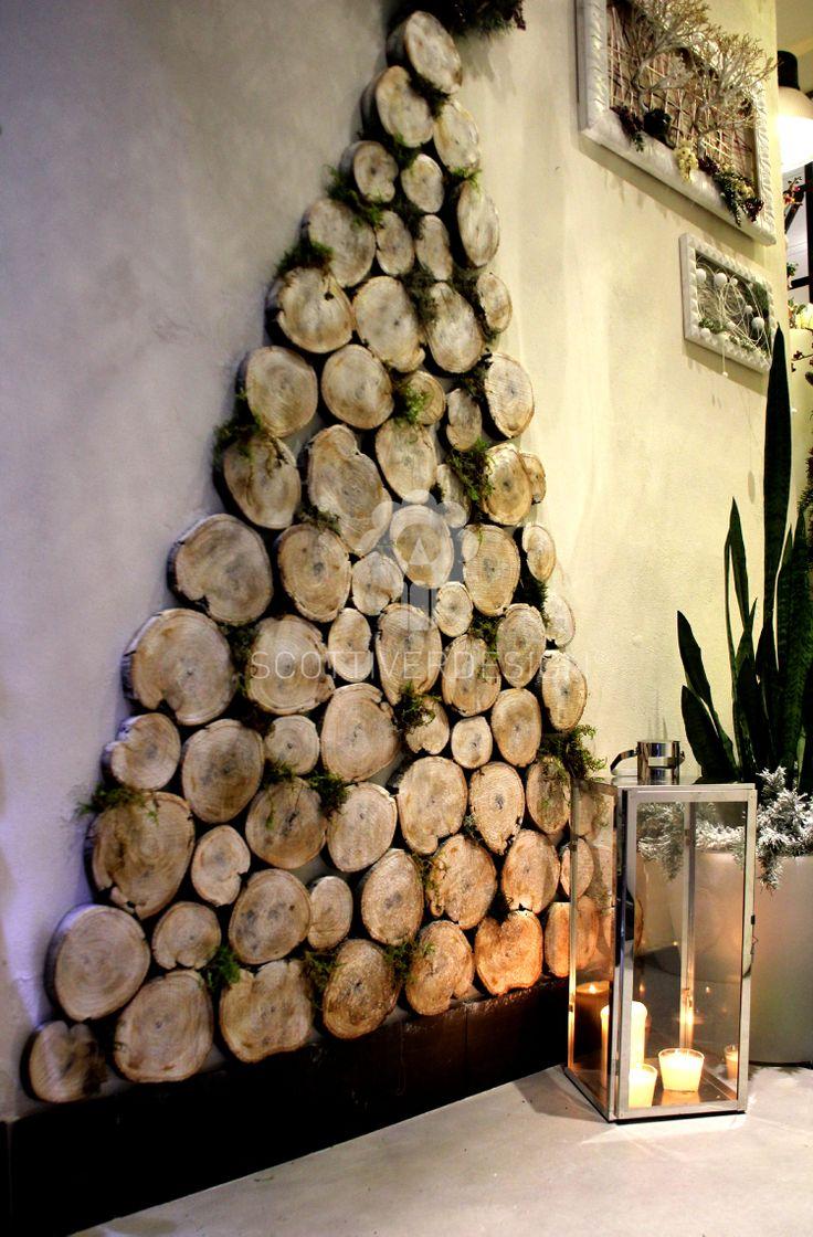 Albero di Natale realizzato a parete con tronchetti di legno e muschio.....