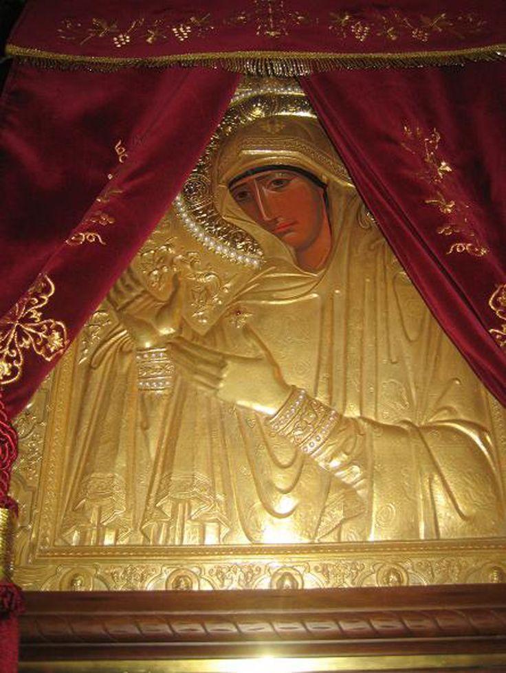 Παναγία η Μαχαιριώτισσα. Αυτή η εικόνα θεωρείται μία από τις 70 εικόνες της Παναγίας που αγιογράφησε ο Απόστολος Λουκάς και τον τότε καιρό βρισκόταν πάνω από την Αγία Σορό, δηλαδή την αγία Έσθητα (φόρεμα) και την αγία Ζώνη της Θεοτόκου, στον ναό της Παναγίας στις Βλαχέρνες. Αυτό ενισχύεται από την επιγραφή «Αγιοσορίτισσα» πάνω στην εικόνα, η οποία μεταλλάχθηκε αργότερα σε «Μαχαιριώτισσα» (This image is considered one of the 70 images of the Virgin Mary painted by St. Luke)