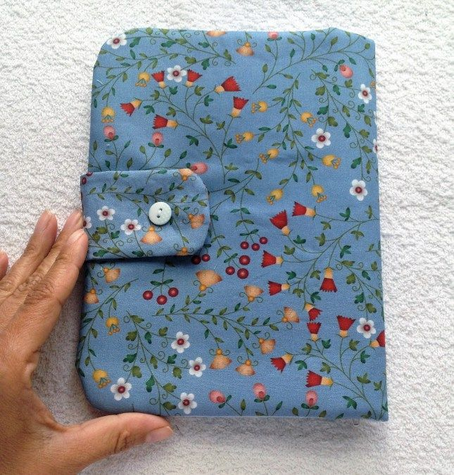 Esse é um porta tablet ou Ipad em tecido com bolso, porta caneta e zíper.