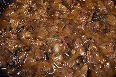 La meilleure recette de Rognon de boeuf sauté au Madère et à la moutarde! L'essayer, c'est l'adopter! 5.0/5 (4 votes), 8 Commentaires. Ingrédients: 2 rognons de bœuf (1kg200 environ) 300 g de champignons 100 g de beurre 4 cuillères à soupe de farine 2 cuillères à café de moutarde 200 ml de bouillon 10 cuillères à soupe de Madère 1/2 cuillère à café de sel 1/4 cuillère à café de poivre 1 gros oignon  1 cuillère à soupe de persil haché