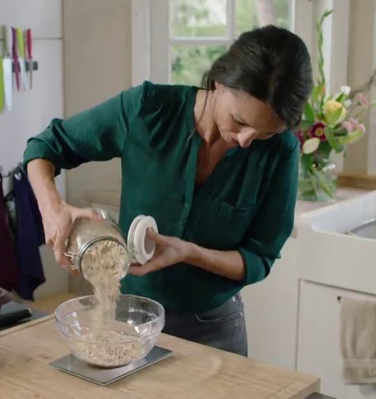 Sandra weegt 300 gram havervlokken met een keukenweegschaal