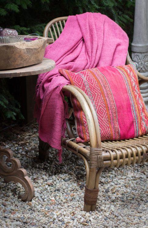 Parvani | Boliviaans kussen, kleurig, patroon. Zomers grof geweven plaid roze. De rieten veranda stoel is van Hoffz.