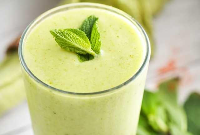 عصير الأفوكادو والموز والسبانخ والحليب يمكنك تحضير عصير صحي يجمع بين الأفوكادو والخضروات الورقية مثل الس Healthy Fruit Smoothies Fruit Smoothies Healthy Fruits
