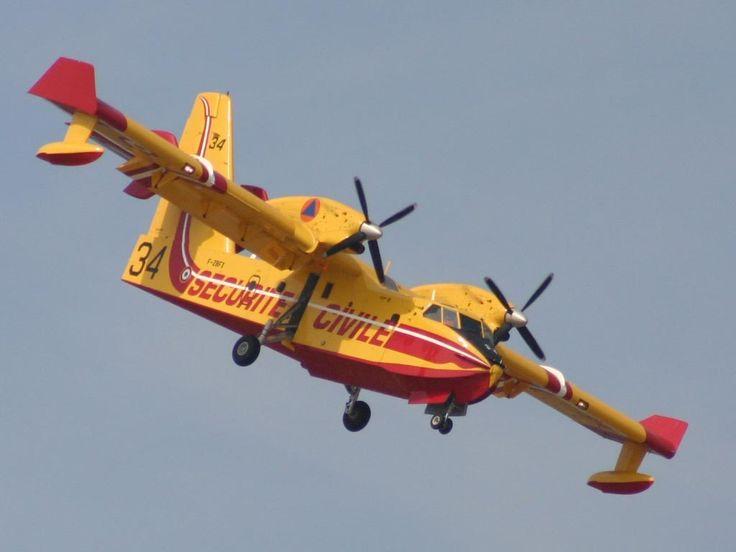 Canadair qui retourne à l'Aéroport de Marignane