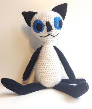 Gratis hækleopskrift på Mis med de blå øjne. Den hæklede kat kan laves i lille og stor, med hæklede øjne eller øjne af filt.