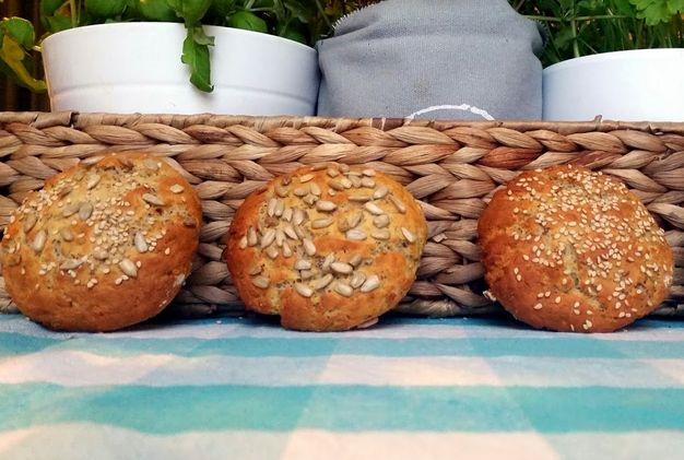 Pão Proteico! (para 5 ou 6 pães pequenos)p      200 gr de quark     4 claras     1 ovo inteiro     80 gr de proteína em pó sem sabor     60-80 gr de maizena     20 gr de sementes de linhaça      1 colhe de chá de fermento em pó  1. Colocar todos os ingredientes no copo e programar 1,5 min/ vel espiga 2. Moldar os pães em forma de pequenas bolinhas (ou achatados) e levar ao forno a 180 graus durante mais ou menos 15 minutos.  Pode adicionar algumas sementes