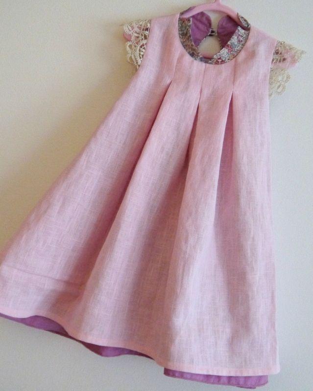 Quelle bonne idée, la touche de dentelle (ici de type aux fuseaux) pour agrémenter cette jolie robe.