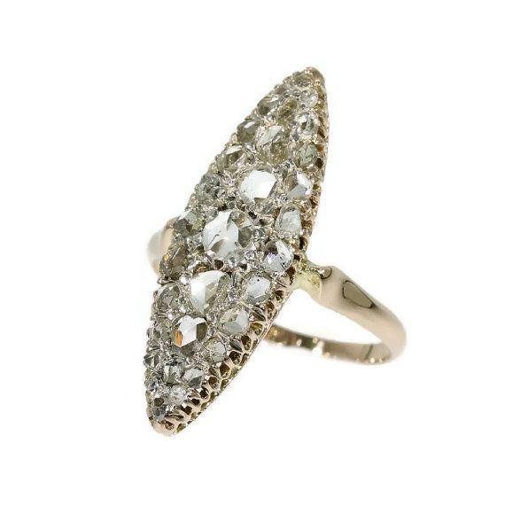 Romantik und Authentizität! Dieser feine antike Ring in 18kt Roségold mit 33 Rosa Diamanten und Senailles in Maquise Einstellung. Ring aus
