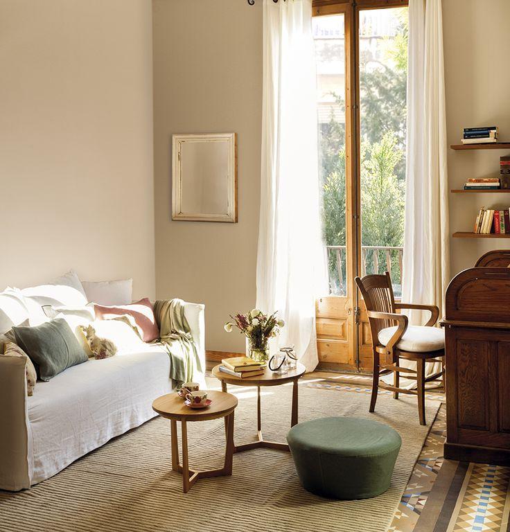 00447198. Salón con dos pequeñas mesas auxiliares y un puf verde en el centro al lado del sofá blanco_00447198