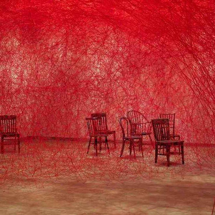 L'artista giapponese Chiharu Shiota ha tessuto a mano un'enorme installazione di fili rossi, che in parte collegavano e in parte nascondevano alla vista, delle sedie d'epoca. L'opera che ricorda un g