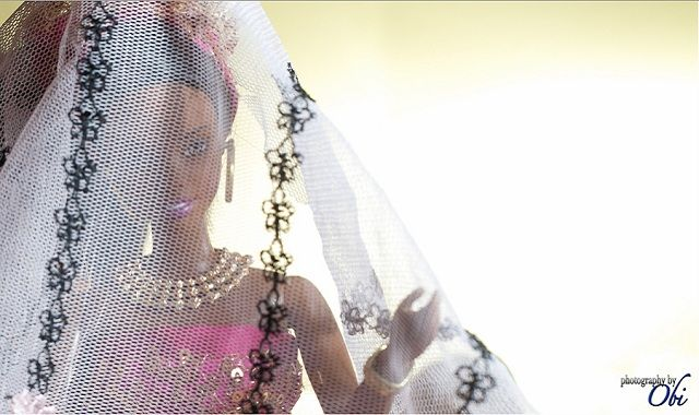 Il fotografo Obi Nwokedi ha trascorso un' intera domenica apparentemente di tempo libero, in realtà il gioco ha prodotto un set fotografico fantastico. Risultato: ideato, prodotto, messo in scena e fotografato un matrimonio tradizionale nigeriano tra Barbie e Ken. Chi non vorrebbe passare una domenica così?