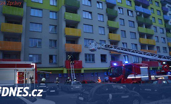 Vozíčkářka uvízla v hořícím bytě, oheň sousedka hasila hlínou z květináčů