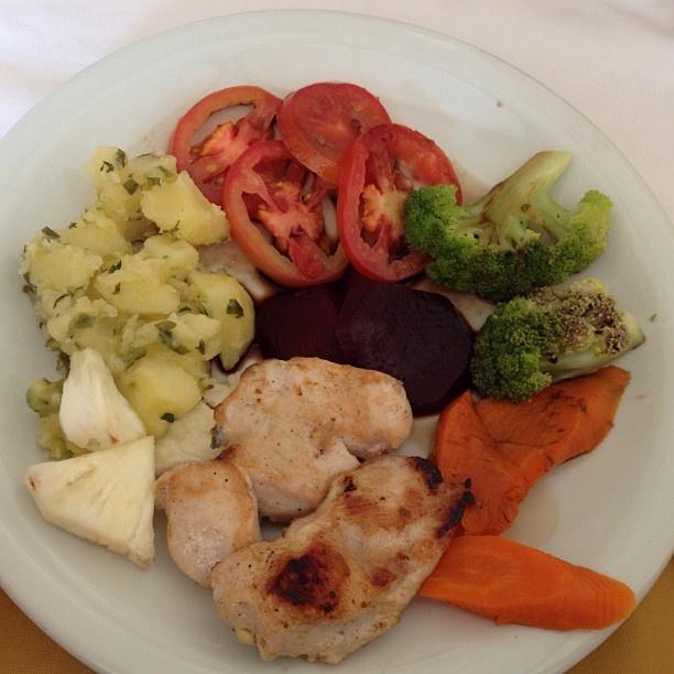 cenoura, beterraba, brócolis, tomate, abacaxi, batata assada com salsa e frango grelhado