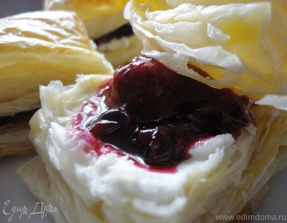 Мильфей с ягодами  Сладкий мильфей с сочными ягодами отлично дополнит ваш любимый кофе или чай. Выпекайте 15 минут и наслаждайтесь неповторимым вкусом. #готовимдома #едимдома #кулинария #домашняяеда #мильфей #ягоды #завтрак #к_чаю #вкусно #сладко