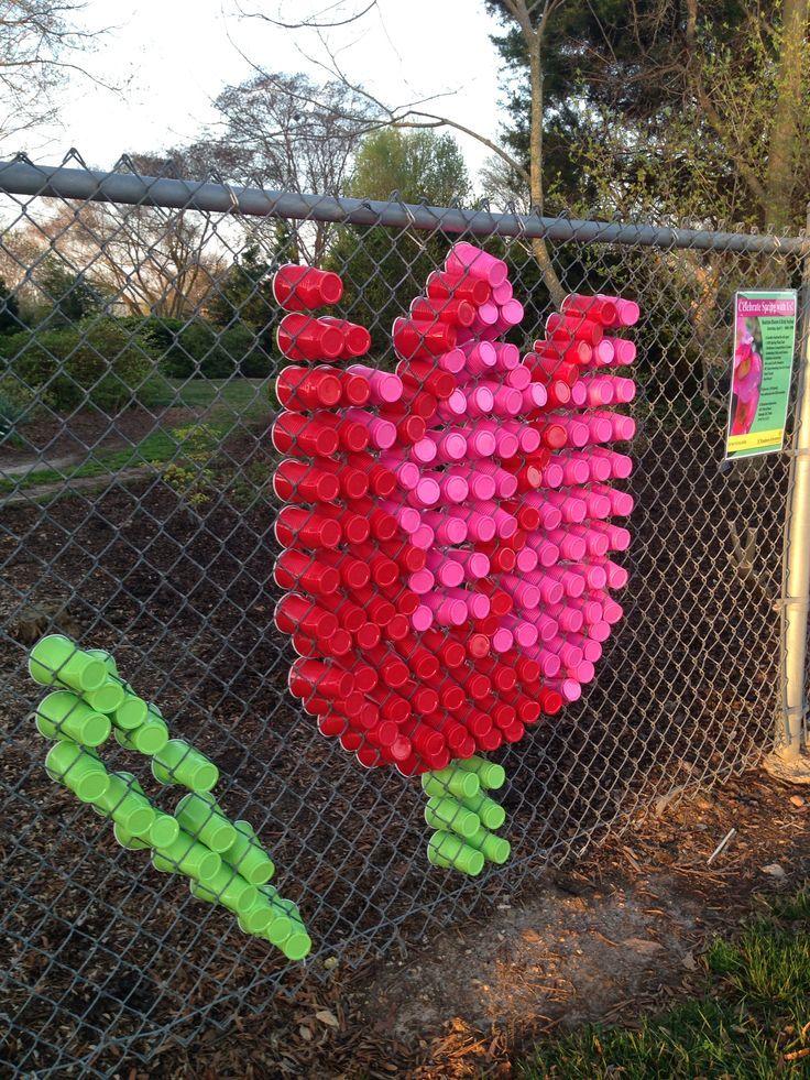 Decoración de la verja, valla, reja, enrejado, alambrada, vallado escolar con material reciclado.