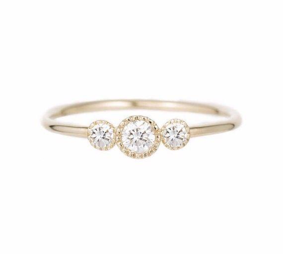 繊細な3つダイヤモンドリング。このリングは、シンプルなエンゲージリングとしてぴったりですが、大切な人へのプレゼントにしても良いです。商品の詳細➤ 14kソリッドゴールド➤  メインダイヤモンド 3mm(真ん中)と2mm(サイドストーン)、0.17全カラット、明度VS、色度G➤…
