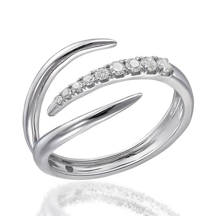 Lucruri fine - o colecție de bijuterii delicate, aur alb, diamante și talentul bijutierilor.  Inel realizat manual din aur alb de 18 karate, cântărește 2,67 grame, având montat 9 diamante în greutate de 0,17 ct, culoare-claritate GSI.