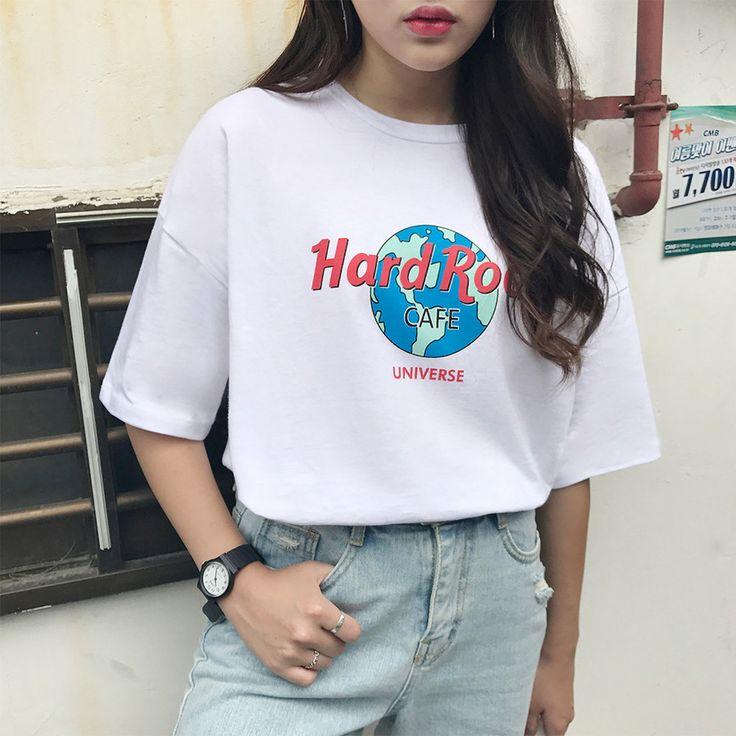 ロゴ入り半袖Tシャツ 1枚は絶対ほしいベーシックなロゴ入りTシャツ! シンプルなロゴと人気のゆるシルエットがポイント☆ ナチュラルに落ちるようなゆったりシルエットだからサイズを気にせず気軽に着れる一枚。 ベーシックなデザインの半袖Tシャツで、単独でもインナーとしても使えるからロングシーズン活躍します。 #dejou #koreafashion #ootd #daliy #style #shopping #cute  #selfie #nihon #日本  #ファッション #コーデ #韓国ファッション #今日のコーデ