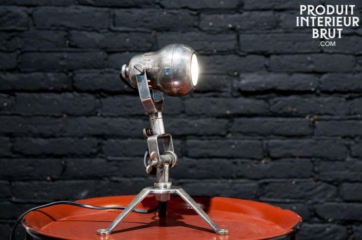 Lampada in ottone Spoutnik. Caratterizzata da un marcato stile industriale. questa lampada può essere usata sia come lampada da tavolo sia come lampada da muro grazie ai fori che si trovano alla base dela lampada.