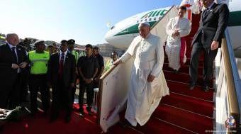 [VIDEO] Papa Francisco llegó a Sri Lanka, segundo país asiático que visita en su pontificado 12/01/2015 - 10:41 pm .- El Papa Francisco llegó a Colombo, capital del país asiático de Sri Lanka, en su segundo viaje a este continente en el que también visitará Filipinas.