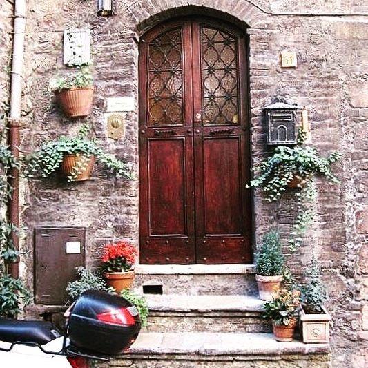 ASSISI  #doors #visititaly #assisi #umbria #heritagebuilding #beautiful #melbournelifelovetravel #doorsofitaly #home #vespa
