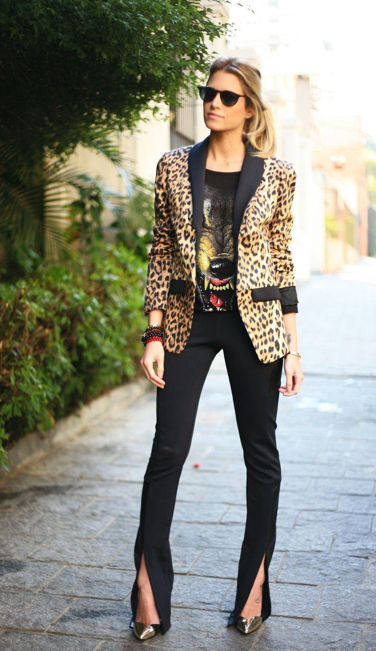 Helena Bordon com calça preta e blazer animal print