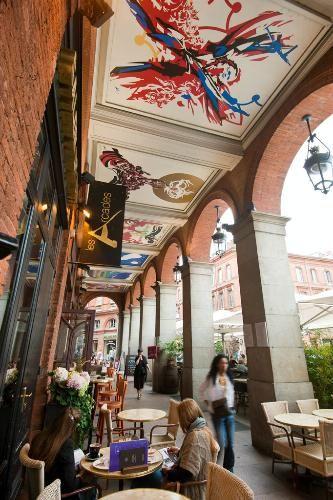 plafond des arcades de la place du capitole       A découvrir absolument à quelques minutes de l'hôtel, les oeuvres du peintre Raymond Moretti sous les arcades et toute l'année.
