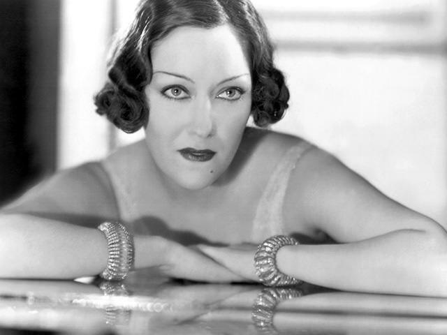 GLORIA SWANSON  En 1932 l'actrice hollywoodienne succombe au glamour de deux bracelets en cristal de roche, platine et diamants. Ils vont rester dans l'histoire de la joaillerie mais aussi dans celle du cinéma, puisqu'elle les porte dans les films Perfect understanding en 1933 et Sunset Boulevard en 1950. Ces deux bijoux font partie de la Collection Cartier.
