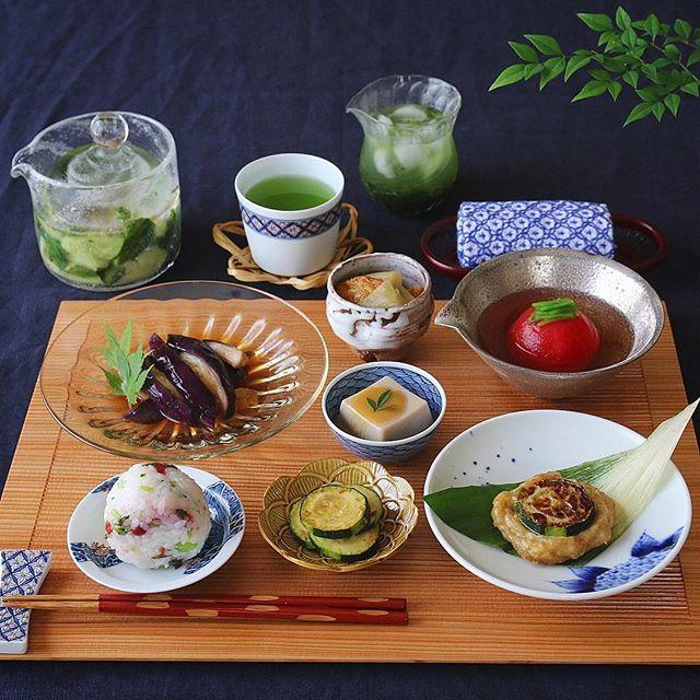 ・ ・ 今日も暑かったので サッパリ朝昼ごはんになりました ・ 清岡さんの銀彩にはトマトの冷たいお吸い物。 ・ 田井さんの浅漬け鉢には 胡瓜のレモン浅漬けを作りました ・ 乱切りにした胡瓜ときざんだ大葉に 藻塩、胡麻油、レモン果汁をたっぷり搾り 一晩漬けるだけ。 レモンの酸味が食欲をそそります ・ ・ @cookingram.jp 様より 伊藤園の京都宇治抹茶入り #おーいお茶 を モニタープレゼントして頂いたので お水と氷を使って #氷水出し にしてみました お抹茶入りでグリーンが鮮やか 冷んやり美味しいお茶でした ・ ・ ・ 地味だけど滋味 そんなごはんが好き✨ #今日も滋味ごはん こんなタグを作ってみました。 シンプルだけど栄養と愛情たっぷりの ご飯を作ったら 是非こちらのタグ使って下さいね〜 ・ 季節を感じる滋味ごはんで、 夏を元気に乗り切りましょう〜 ・ ・ ✦ฺマーラー蒸し茄子 ✦ฺ鶏つくねのズッキーニサンド ✦ฺハス芋とさつま揚げの炊いたん ✦ฺガーリックズッキーニ ✦ฺトマトの冷たいお吸い物 ✦ฺ胡麻豆腐 ✦ฺ自家製梅干しと三つ葉のまぜおにぎり…