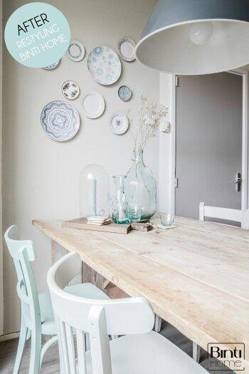 De lichte kleuren in combinatie met hout en de bordjes zorgt voor sfeer in de eetkamer