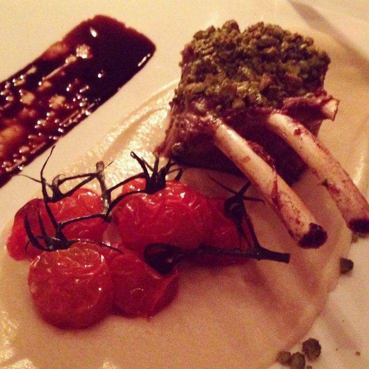 En fantastisk ret både smagsmæssig og visuelt, fra restauranten Simoncini i Odense. Den består af lam, selleripuré, cherrytomater og balsamico